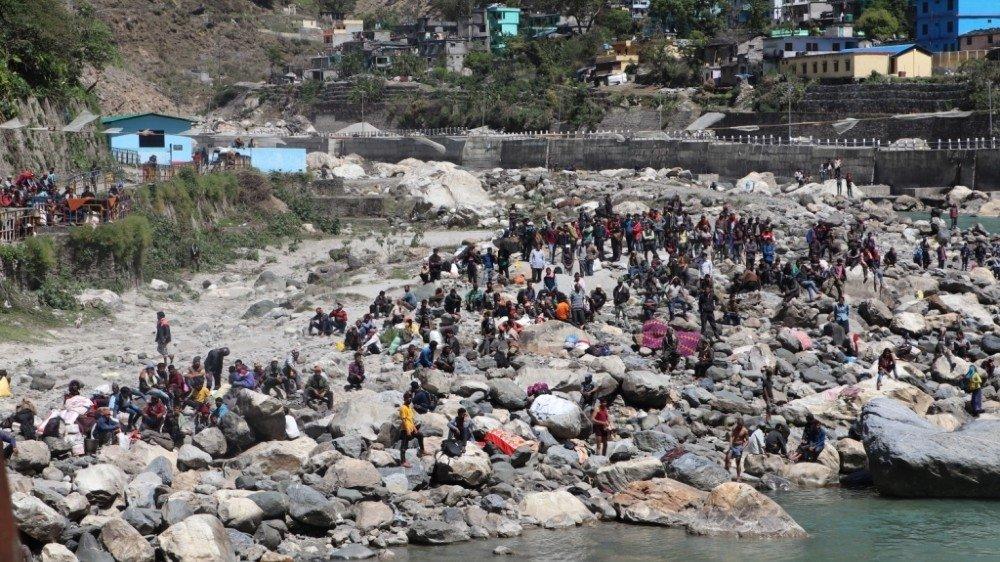 受困的尼泊爾移工群聚交界河邊(Narendra Karki/Al Jazeera)